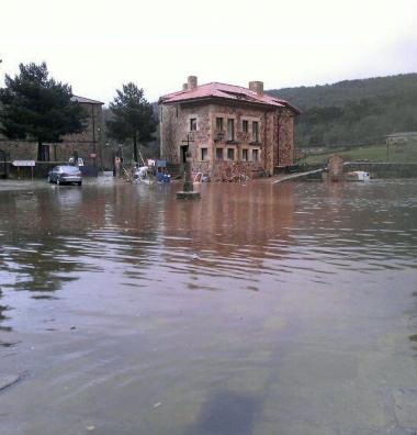 El agua llega a la plaza de Salduero, junto a la orilla del Duero
