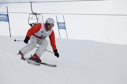 Socio esquiando