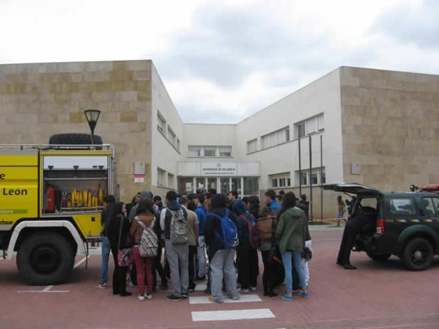 Estudiantes viendo una motobomba