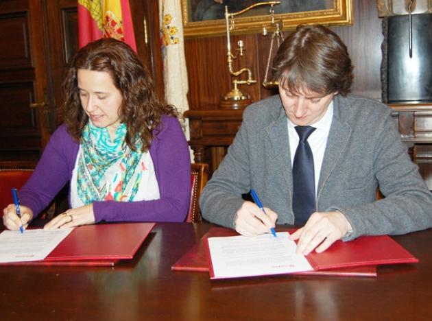 Foto 1 - Ayuntamiento y FAPA firman un convenio para la cesión de espacios para el programa 'Vacaciones en el cole'