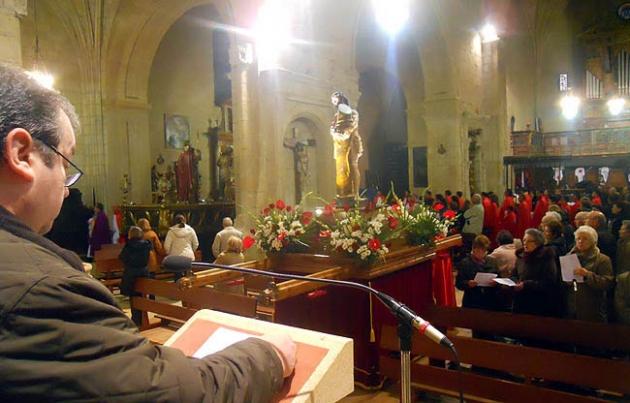El vía crucis se realizó en el interior de la iglesia del Espino