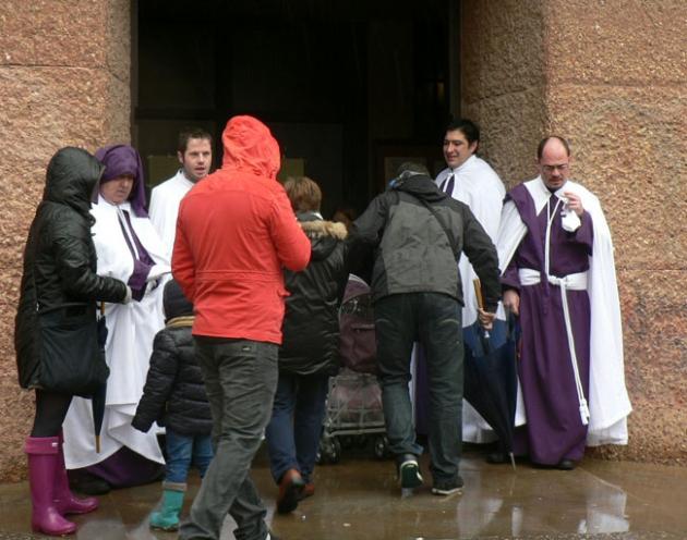 Cofrades y fieles, en la puerta de la iglesia de El Salvador