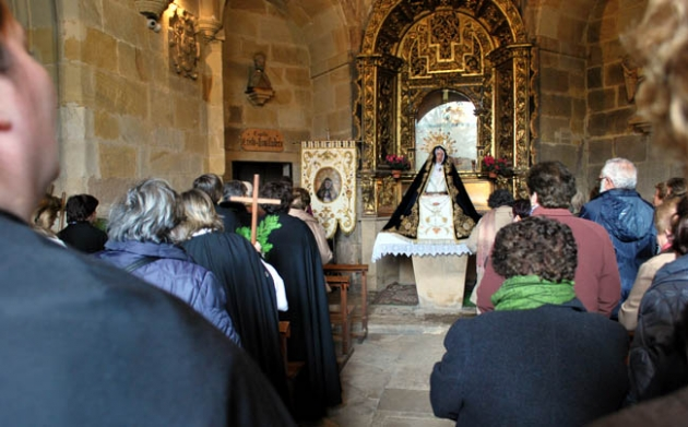 Interior de la ermita en la oración