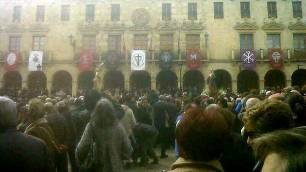 Encuentro de Jesus Resucitado y la Virgen en la plaza Mayor