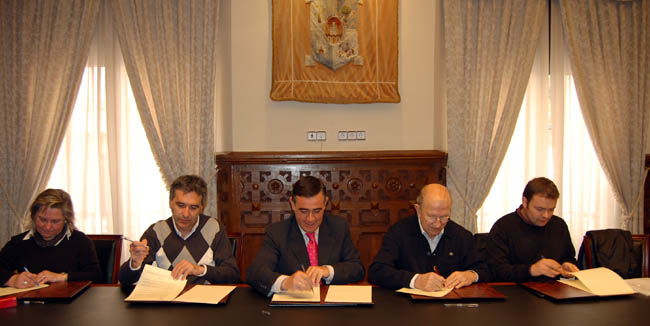 Rúbrica del convenio en la Diputación