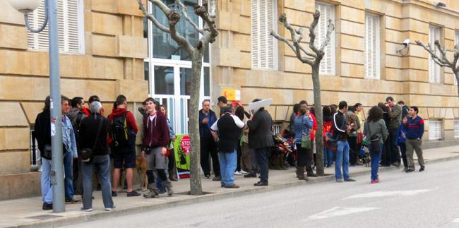 Manifestantes frente a la Subdelegación