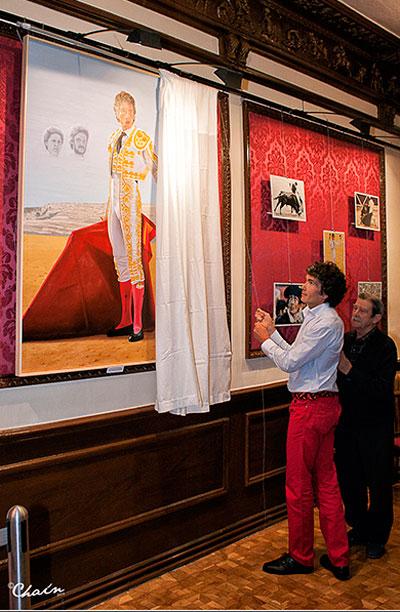 Ruben Sanz junto al cuadro regalado por Luis Alberto Romero