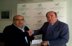 Santa Clotilde (izda.) de Cáritas recibe el cheque de manos de Pedro Navalpotro