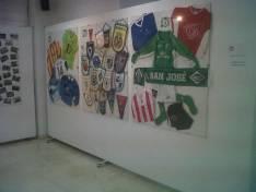 Camisetas y banderines en la exposición
