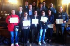 Alumnos con los diplomas