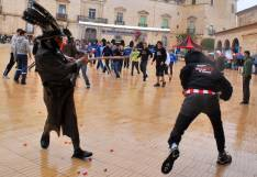 Un zarrón golpea a un mozo en la plaza Mayor.
