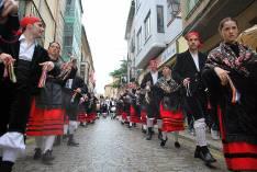 Danzantes hacia la plaza Mayor