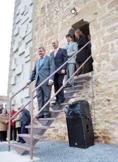 Las autoridades descienden por la escalera de acceso tras la inauguración