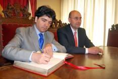 El subsecretario firmando el Libro de Honor del Ayuntamiento.