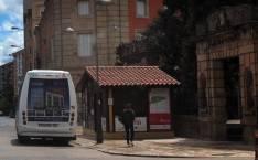Caseta junto a la parada del bus.