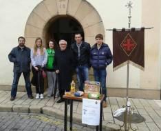 Los cofrades con su capellán Padre Paco en el centro