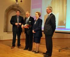 Villar y su esposa recogiendo el premio.