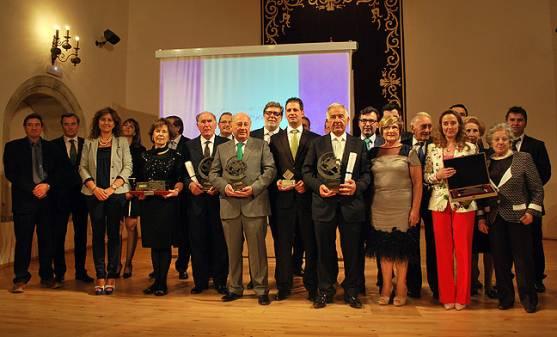 Los galardonados en una foto de familia al concluir el acto.
