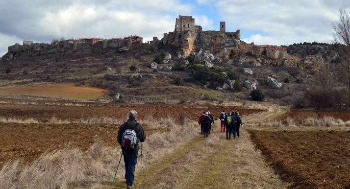 Senderistas junto al pueblo medieval de Calatañazor