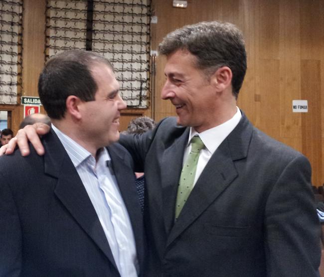 Abrazo entre Osuna y Garrido