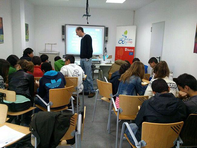 Foto 1 - El programa People C2Cero de la capital lleva a 240 estudiantes sus talleres sobre energías renovables y recoge sus propuestas de eficiencia