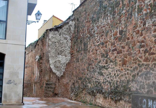 La muralla en la plaza del Vergel