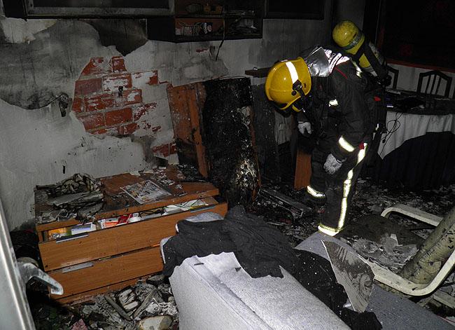 Un bombero en el interior de la vivienda.