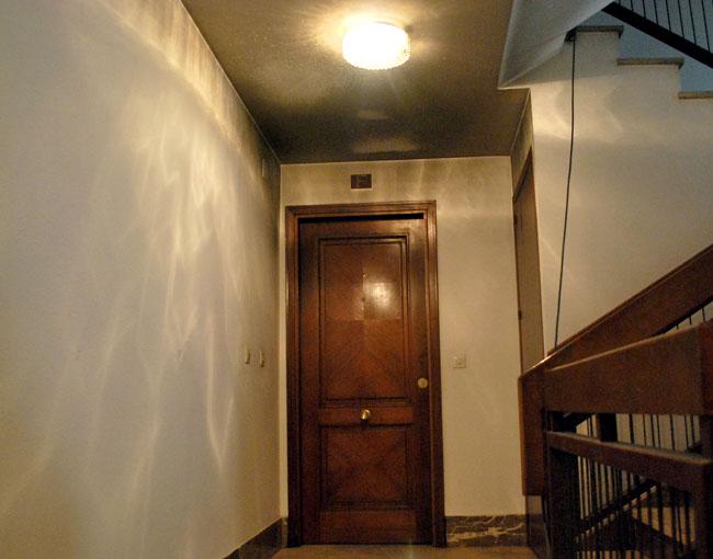 El humo llegó hasta el rellano de la escalera.