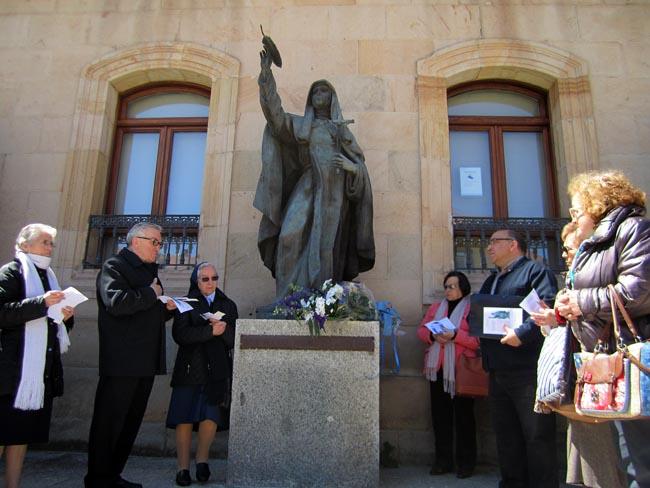 Un momento del rezo para la beatificación.
