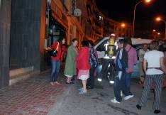 La concejal Lourdes Andrés (izda.) atiende a unas vecinas del inmueble.