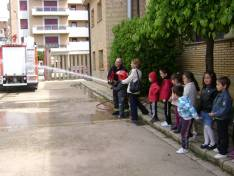 Niños conociendo el parque de bomberos