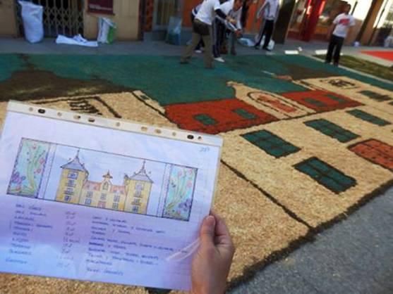 Confección de la alfombra floral en El Burgo
