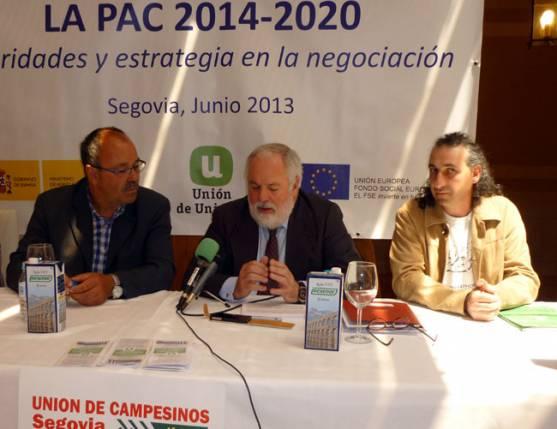 El ministro Cañete, en el centro
