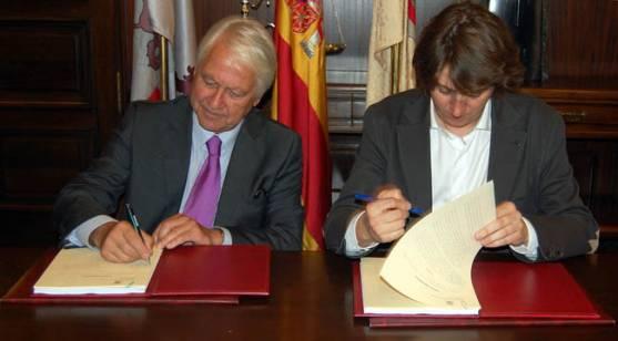 Otero y Mínguez firman el contrato.