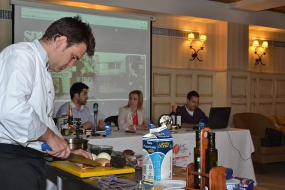 Alfonso Romero haciendo una demostración