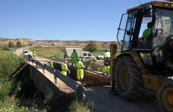 Labores de la Diputación en el puente.