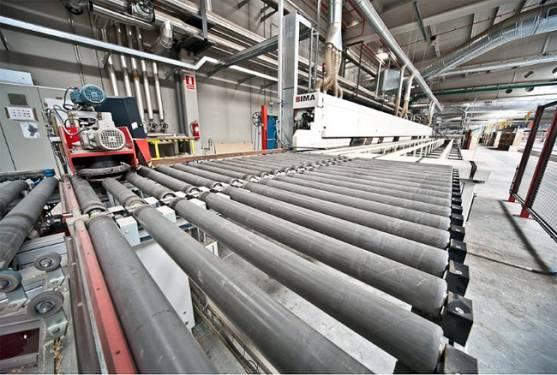 Interior de la factoría pinariega.
