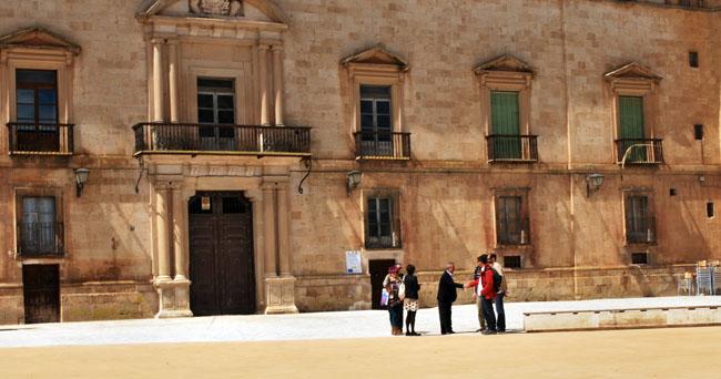 Fachada del palacio ducal adnamantino.