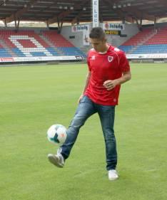 El centrocampista en la hierba de Los Pajaritos.