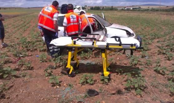 Sanitarios atendiendo a los accidentados