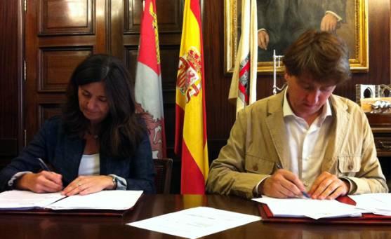 Firma del acuerdo en el ayuntamiento.
