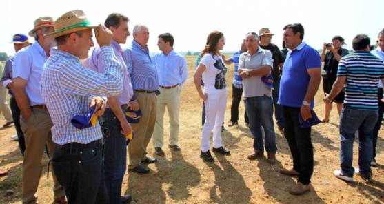 Clemente(ctro.), con agricultores leoneses.