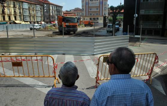 Dos hombres observan las obras.