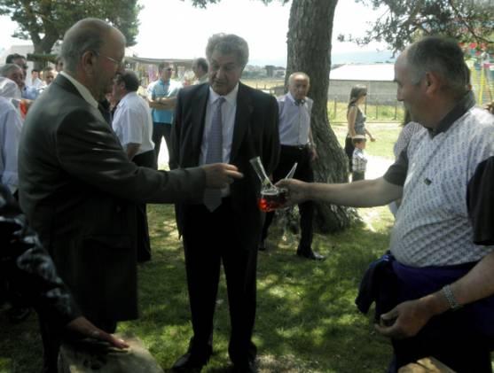 Posada, (ctro.) con el alcalde.