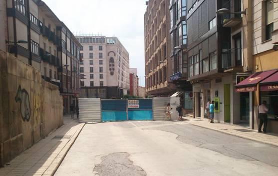 Calle del Ferial cortada, con la puerta de acceso a las obras
