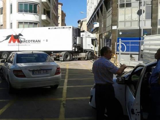 Camión cruzado ante la entrada de la calle Medinaceli