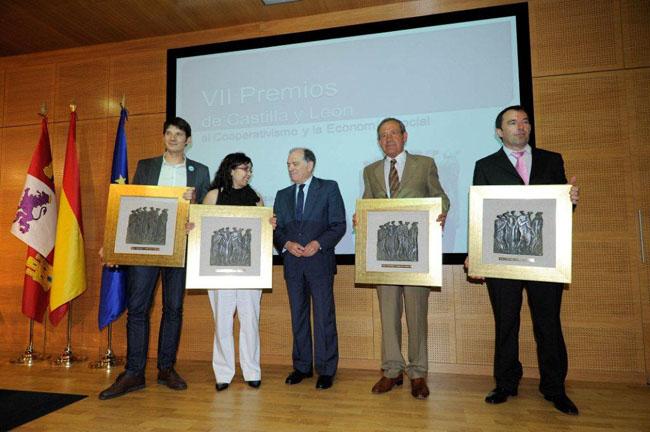 Villanueva (ctro.) con los premiados.