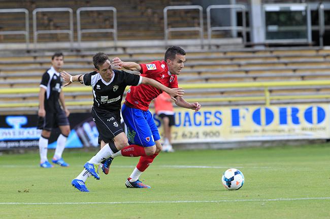 Julio Álvarez disputa un balón en el centro del campo