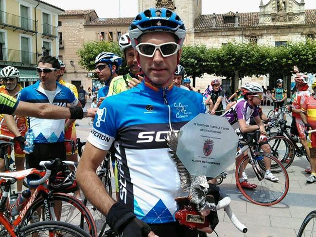 Uno de los ciclistas recoge el premio