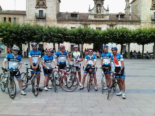 Ciclistas de El Calaverón ante el Ayuntamiento burgense